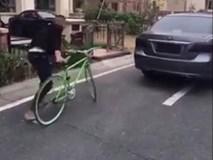 """Thanh niên """"nhờ"""" ô tô trông xe đạp và cái kết"""