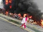 """SỐC: Môtô đột ngột bốc cháy suýt nướng chín"""" lái xe-2"""