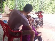 Ảnh hot mạng xã hội: Chị em tròn xoe mắt với chàng rể ngồi nhổ tóc bạc cho mẹ vợ