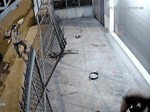 Video: Ông chủ đâm lật xe cẩu tặc, giải cứu chó cưng-1