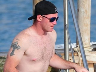 Wayne Rooney lộ bụng mỡ khi đi nghỉ mát