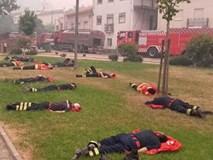 Hình ảnh những người lính cứu hỏa nằm gục trên bãi cỏ khiến cả thế giới cúi mình khâm phục