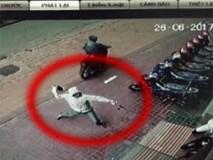 Nhóm thanh niên bịt kín mặt ném nhớt thải pha mắm tôm vào chuỗi 3 cửa hàng xe máy
