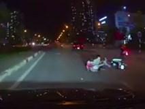 Tài xế ôtô đánh lái trả đũa 3 thanh niên đánh võng trên đường