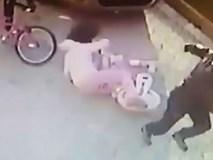 Người đàn ông bị bắt giữ sau khi cầm gạch, bất thình lình đập vào đầu bé gái giữa đường