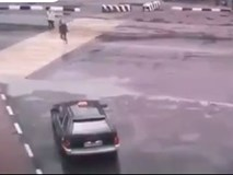 Video: Hậu quả khi người phụ nữ sang đường cố đua tốc độ với ô tô