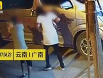 Vừa bế con nhỏ vừa đánh vợ dã man, người chồng cả giận mất khôn định đánh luôn đứa con bị rơi xuống đường