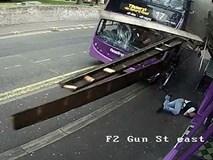 Bị xe bus đâm trúng, người đàn ông vẫn thản nhiên đứng dậy đi vào quán rượu ngay sau đó