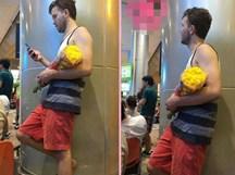 Vừa cười vừa thương chàng Tây cầm hoa cúc vàng đi tặng người yêu