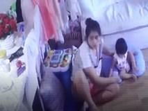 Bé gái 1 tuổi bị hai bảo mẫu dùng búp bê không đầu dọa đến phát khóc