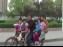 Cảnh sát tuýt còi gia đình 6 người chở nhau trên 1 chiếc xe máy