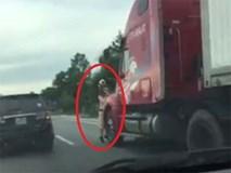 Nam CSGT bám đầu xe container bị hất văng xuống đường