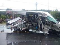 2 người chết 12 người bị thương sau khi 2 xe khách đấu đầu