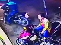 Chỉ ngồi trên xe máy, người phụ nữ khoác áo vàng cũng bị chỉ trích