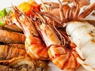 Vỡ bàng quang vì nôn quá nhiều khi ngộ độc hải sản