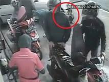 Bố mẹ mải đổ xăng, con ngồi chờ thì bất ngờ bị ô tô đi sau chèn qua người