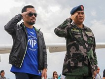 Pacquiao được quân đội chào đón như người hùng dù mất đai WBO