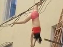 Mặc nội y lau cửa sổ, thế nào lại bị rơi xuống rồi mắc chân vào dây điện, người phụ nữ ngất giữa không trung