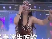 Cô gái cắn đứt đầu rắn rồi ăn sống trên truyền hình