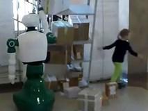 Thấy bé gái sắp bị cả chiếc kệ đổ đè lên người, con robot vô tri lao tới dùng tay cứu giúp dù không được lập trình