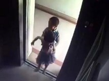 Bé trai 5 tuổi nhấn tầng 18 rồi bế em gái 2 tuổi vào trong thang máy, bi kịch thương tâm đã xảy ra