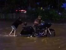 Đẩy môtô phân khối lớn chết máy trên đường ngập nặng