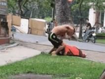 """Bị chồng túm cổ đánh giữa phố, người vợ bóp """"của quý"""" của chồng để chạy thoát"""