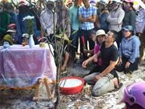 Người thân khóc ngất bên quan tài bé trai mất tích ở Quảng Bình