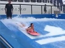 Du thuyền ác nhất thế giới: 2 cô gái chơi bể sóng nhân tạo bị đánh tụt quần