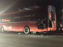 Xe khách đang chạy phát nổ và bốc cháy, 40 người thoát chết