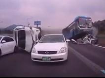 Kinh hoàng cảnh xe buýt nghiền nát hàng loạt xe con ở HQ