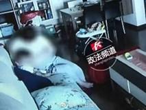 Bố mẹ sốc nặng khi phát hiện giúp việc tát liên tiếp, dùng cây lau nhà lau mặt con