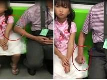 Choáng váng cảnh một người đàn ông lớn tuổi rình mò sàm sỡ bé gái trên xe buýt