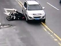 Bị ôtô chèn bánh xe qua đầu vẫn tự đứng dậy đi tiếp