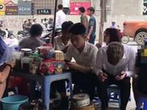 Clip chủ quán trà đá ở Hà Nội dùng nước rửa chân bán cho khách gây sốc