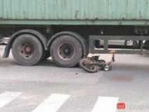 Đột ngột quay đầu, container kéo lê rồi đè nghiến lên chiếc xe máy bên cạnh khiến 1 người chết