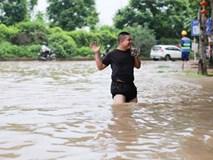 Hà Nội: Đại lộ Thăng Long ngập sâu hơn 1m sau trận mưa lớn