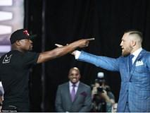 Mayweather và McGregor chỉ thẳng mặt nhau đầy căng thẳng