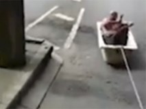 Cởi trần ngồi trong bồn tắm lướt như bay trên phố