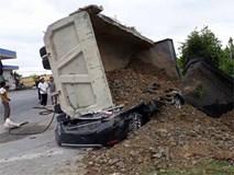 Nam Định: Xe tải chở đất lật nghiêng đè xe con bẹp dúm, tài xế tử vong thương tâm
