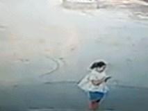 Dán mắt vào điện thoại, cô gái trẻ bị ô tô hất văng 20m, tử vong tại chỗ