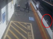 Chỉ vì vài giây bất cẩn của người mẹ, chiếc xe đẩy chở theo con nhỏ đột ngột lăn bánh, rơi xuống đường tàu