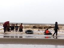 Clip: Hàng trăm người dân vô tư tắm biển khi bão đang vào Thanh Hóa