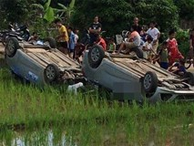 Vợ gọi nhóm côn đồ đến hành hung chồng cũ, dân làng bức xúc vây bắt rồi lật úp cả 2 xe ô tô