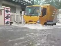 Nhiều tuyến đường ở Hà Nội đang ngập sâu trong mưa