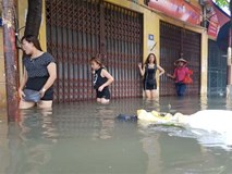 Nhịp sống đảo lộn sau trận mưa bão gây ngập đường phố