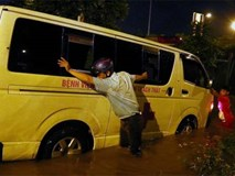 """Đại lộ Thăng Long thành sông, người dân """"cứu"""" xe cấp cứu"""