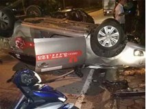Taxi tông thẳng gốc cây lật ngửa sau va chạm với xe máy, một người tử vong