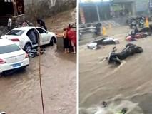 Trung Quốc: Mưa lớn kéo dài, xe cộ mất kiểm soát, ô tô hay xe máy đều bị cuốn trôi theo dòng nước lũ