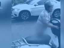 Bị cảnh sát tuýt còi vì đi xe máy ngược chiều, người phụ nữ tụt quần ăn vạ giữa đường